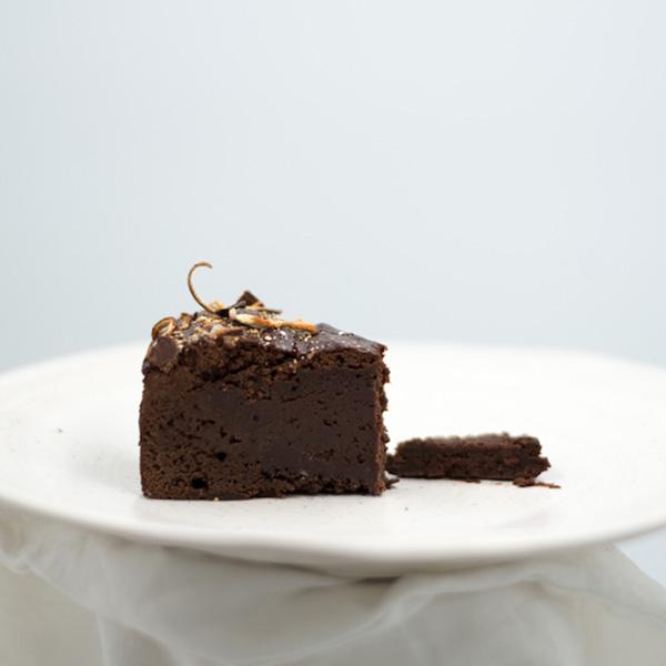 one slice of orange flavored chocolate brownie cake